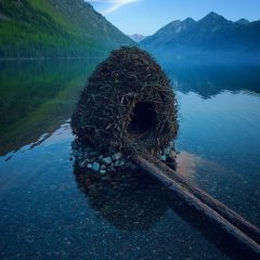 Little nest house in a remote lake in the Altai