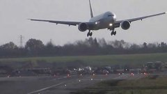 Emirates 777 Jumbo Jet aborts landing due to high winds